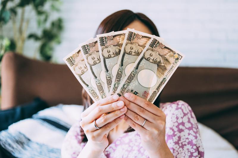 現金と女性